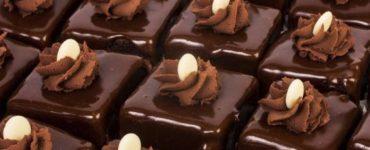 Amandinele, unele dintre cele mai iubite prăjituri. Rețeta este foarte simplă și are ca rezultat o bucurie și o explozie de gust pe care nu o să-l uiți prea curând. Ingrediente: Pentru blat – 6 oua – 1 plic praf de copt – 2 linguri cacao – 6 linguri zahar – 2 linguri ulei – 6 linguri faina Pentru crema – 300 mililitri frisca lichida – 300 grame ciocolata amaruie Pentru sirop – 5 linguri zahar – 200 mililitri apa – esenta de rom Pentru glazura – 2 linguri miere – 300 grame zahar – 2 linguri cacao – 150 mililitri de apa Cum se prepara: 1. In prima faza, se prepara blatul. Se separă ouăle, apoi se mixează gălbenuşurile cu zahărul, uleiul şi apa, până când compoziţia îşi dublează volumul. 2. Toarnă mai apoi şi făina amestecată cu praful de copt și cacaua. Bate bine albuşurile şi se încorporează şi ele în compoziţia de gălbenuşuri. 3. Tava se tapeteaza cu hârtie de copt şi se toarnă compoziţia. Dă la cuptorul preîncălzit, până trece testul scobitorii. 4. Între timp, se prepară crema. Pune ciocolata într-un vas şi se amestecă la foc mic, cu frişca lichidă. Când ciocolata s-a topit, ia-o de pe foc şi se lasă să se răcească. Prepară şi glazura de ciocolată astfel: într-o cratiţă, pune apa şi zahărul şi se lasă la fiert, până când se topeşte zahărul. Adaugă mierea şi cacaua apoi se iau de pe foc. 5. Taie în două blatul şi însiropează cu un amestec de apă, esenta de rom si zahar, fierte în prealabil. 6. Peste prima jumătate de blat adaugă crema, după care pune şi a doua jumătate de blat însiropată. 7. Taie prăjitura în pătrate de mărime potrivită, după care glazurează fiecare amandina în parte. Va uram pofta buna!